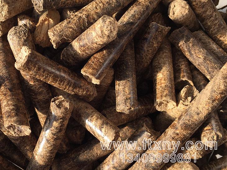 同时,农作物秸秆残余物、木材废物作为生物质能源原材料,如果加以科学利用,可以产生巨大的经济效益。近年来,随着秸秆资源化利用技术的不断完善和推广应用,秸秆用作肥料、饲料、工业原料、燃料和食用菌基料的产业化利用得到较快发展。特别是一批以秸秆为工业原料生产代木产品、发电、秸秆成型燃料、秸秆沼气企业的兴起,推动了秸秆商品化和资源化,实现了变废为宝、化害为利和实现农民增收。这其中,秸秆转化为电能、热能、燃油等能源的技术更具发展前景。有关数据显示,农业秸秆利用率可达50%,1吨秸秆产生的热能可相当于0.